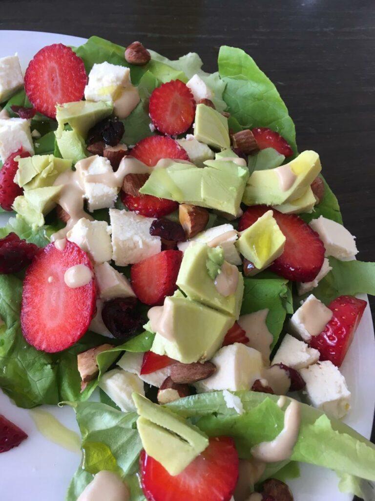 Ensalada con fresas, queso, almendras, aguacate. Almuerzos rapidos saludables y faciles